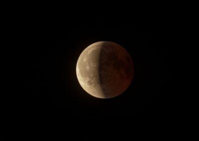 Der Mond tritt aus dem Erdschatten heraus