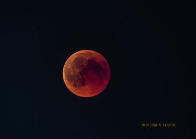 Gut sichtbarer Mond im Erdschatten
